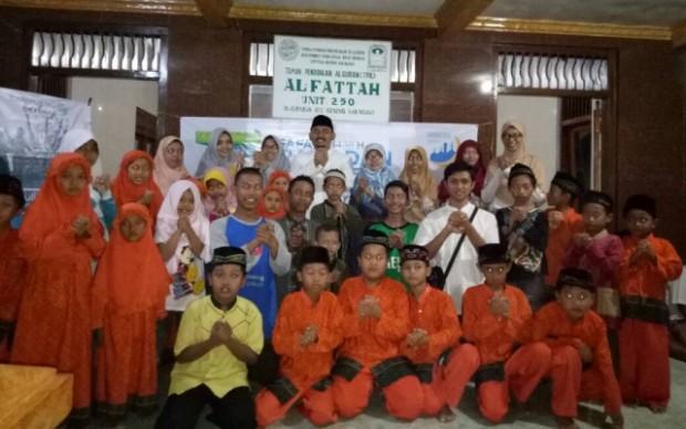 Usai Berbagi, Ony Anwar Pimpin Tarawih di Mushola Al Fattah Kersikan