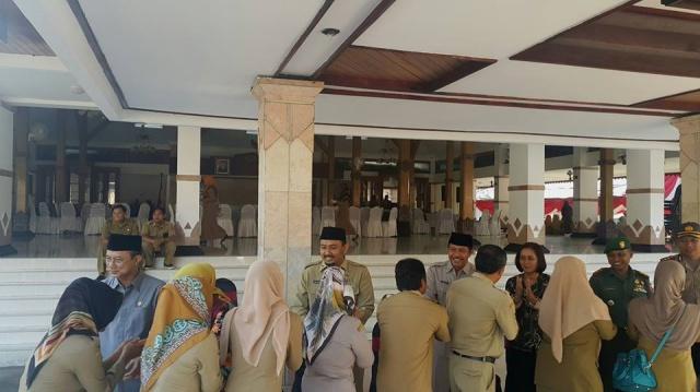 PNS Ngawi bersalaman dengan Bupati, Wakil Bupati dan Forpimda