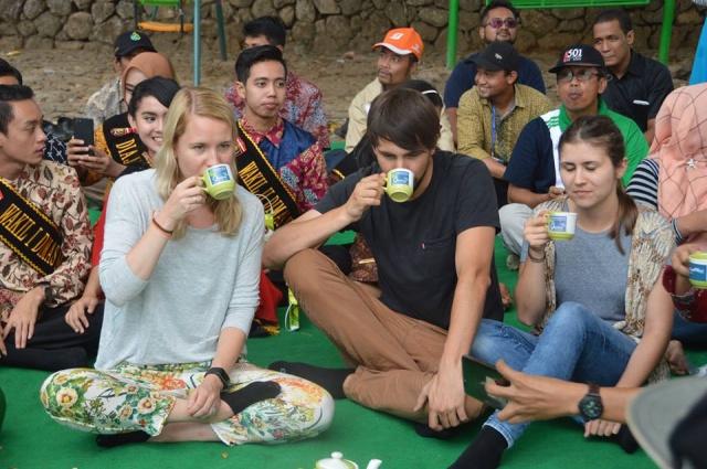 turis-jerman-ikut-festival-1000-teh-ngawi