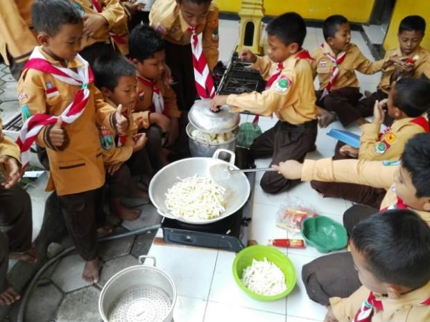 SDIT Imam Syafii Karangjati Rangsang Anak Didik Dengan Program Cooking