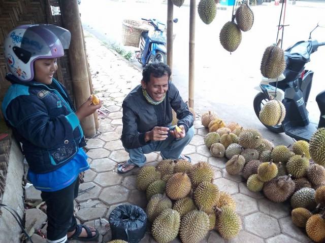 Jalan Raya Jogorogo Surga Pecinta Durian.  Senyum lebar salah seorang pembeli yang sedang berburu durian di jalan Jogorogo. Foto-Facebook/Risty