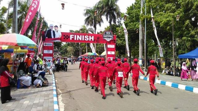 Salah satu tim peserta yang memasuki finish dalam Gerak Jalan Tradisional Ngawi 2017. Foto-KN