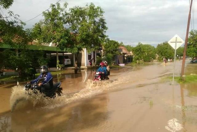 Luapan Air Sungai Bengawan Solo telah meluber ke Jalan di Kwadungan, Rabu (29/11). Foto-Facebook/Condet