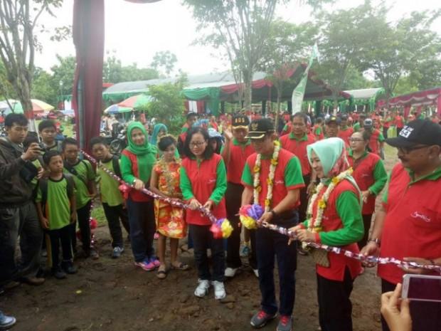Pemotongan Pita oleh Bupati Ngawi Menjadi Prosesi Peresmian Taman Candi