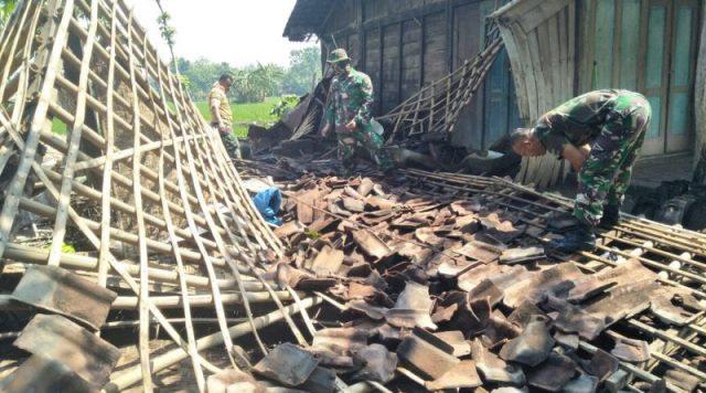 TNI Membantu Membersihkan Puing Rumah Roboh. Foto-WAG