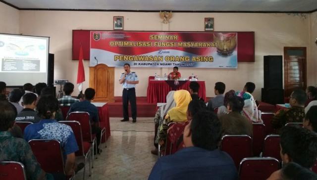 Seminar Optimalisasi Fungsi Masyarakat dalam Pengawasan Orang Asing Kesbangpol Ngawi. Foto-KampoengNgawi/Suke