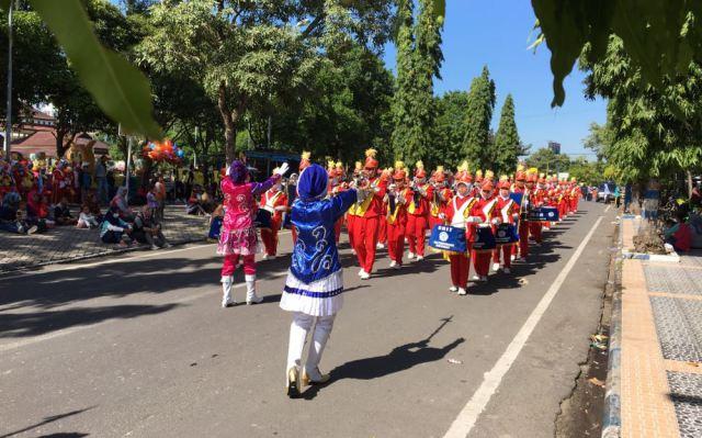 Salah satu tim peserta parade drum band melintasi Jalan Teuku Umar, Minggu (24/12). Foto-KampoengNgawi.com