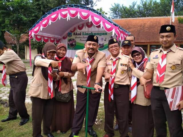 Wakil Bupati Ngawi, Ony Anwar selaku Ketua Kwartir Cabang Ngawi melakukan aplikasi biopori di Kecamatan Pitu, Senin (18/12). Foto-Istimewa