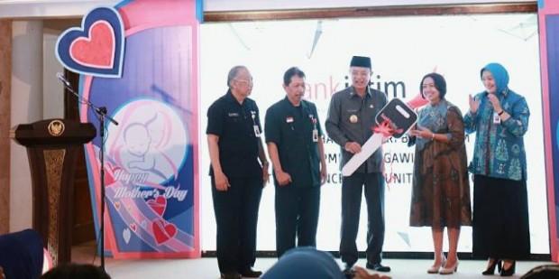 Pemkab Ngawi Terima Ambulan dan Toilet Portable dari Bank Jatim