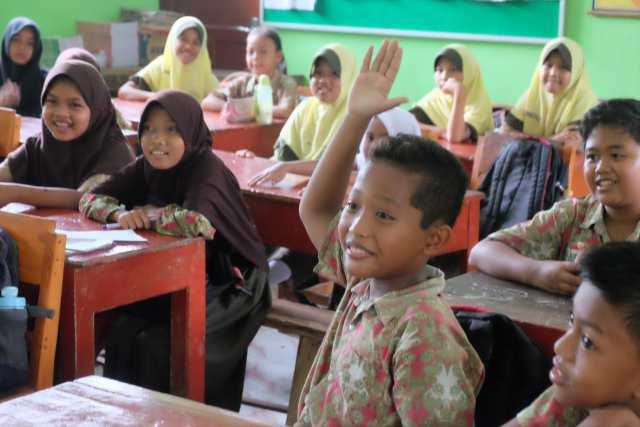 Siswa SDN Kedungputri 1 antusias mengikuti program Better English dari Komunitas Betterngawi, Kamis (04/01). Foto - Dok. Betterngawi