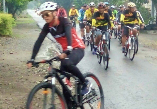 Kapolres Ngawi AKBP Pranatal Hutajulu, S. H, SIK, M.H bersama Kapolsek Jajaran serta anggota melakukan gowes bareng, Jumat (12/01). Foto-Dok. PolsekPitu