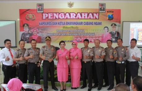 Kapolres dan Ketua Bhayangkari Cabang  Ngawi memberikan pengarahan untuk bijak dalam media sosial, Senin (29/01). Foto-ResNgawi