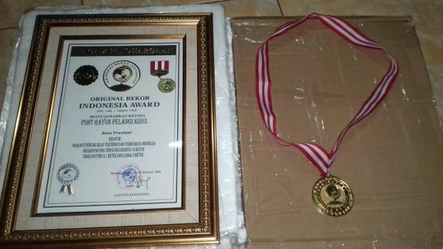 Penghargaan Rekor Prasasti Pencak Silat Terbesar di Indonesia kepada PSHT Rayon Pelang Kidul, Kedunggalar. Foto-Istimewa