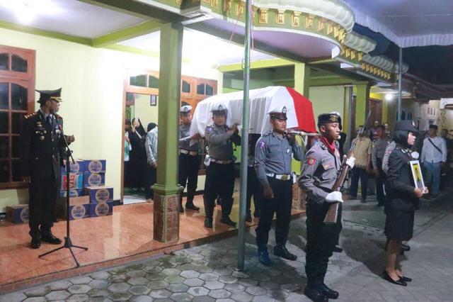 Kapolres Ngawi, AKBP Pranatal Hutajulu bertindak selaku Inspektur Upacara Pemakaman Dinas, Senin (26/03). Foto-Dok. PolresNgawi