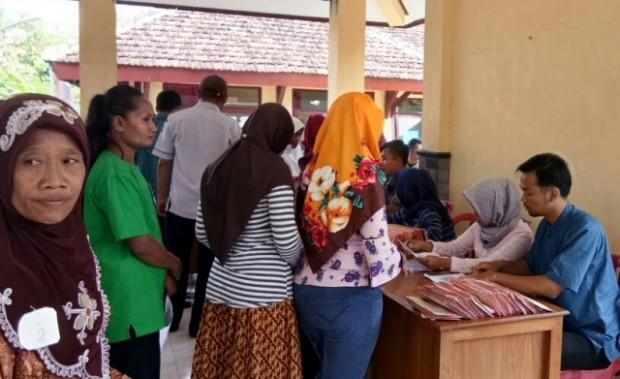 Warga Miskin Kecamatan Bringin Menerima KKS dan ATM PKH