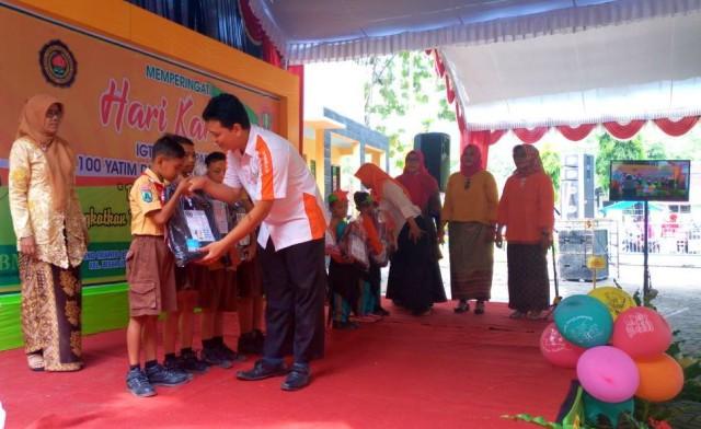 Penyerahan Bantuan 100 Paket Perlengkapan Sekolah kepada Dhuafa Ngawi. Foto-Humas BMH