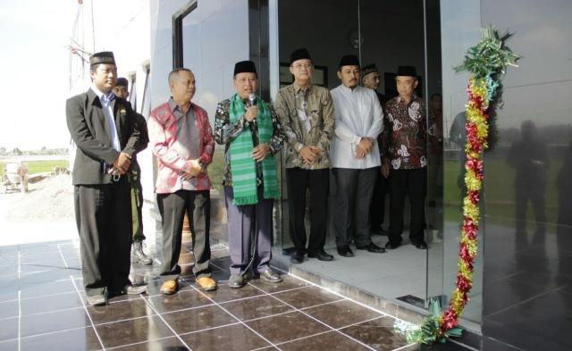 Menristekdikti Prof. H. Mohamad Nasir, Ph. D., Ak. meresmikan gedung baru STKIP Modern Ngawi, Jumat (30/03). Foto-Istimewa/djoko