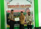 Dua Pengurus Masjid di Ngawi Ini Menerima Umroh Gratis dari Kapolres Ngawi