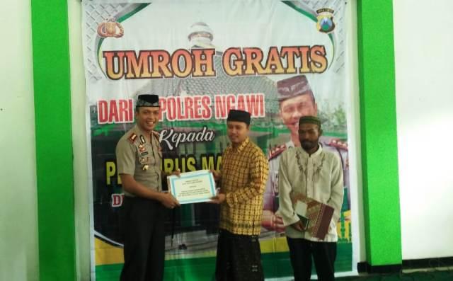 Kapolres Ngawi memberikan Umroh Gratis kepada 2 orang pengurus masjid di Ngawi, Senin (02/04). Foto-Dok. Polres Ngawi