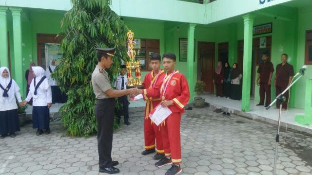 Wakapolsek Mantingan dalam upacara hari senin di SMP Muhammadiyah 6 Ngawi, Senin (02/04). Foto-Dok. PolresNgawi