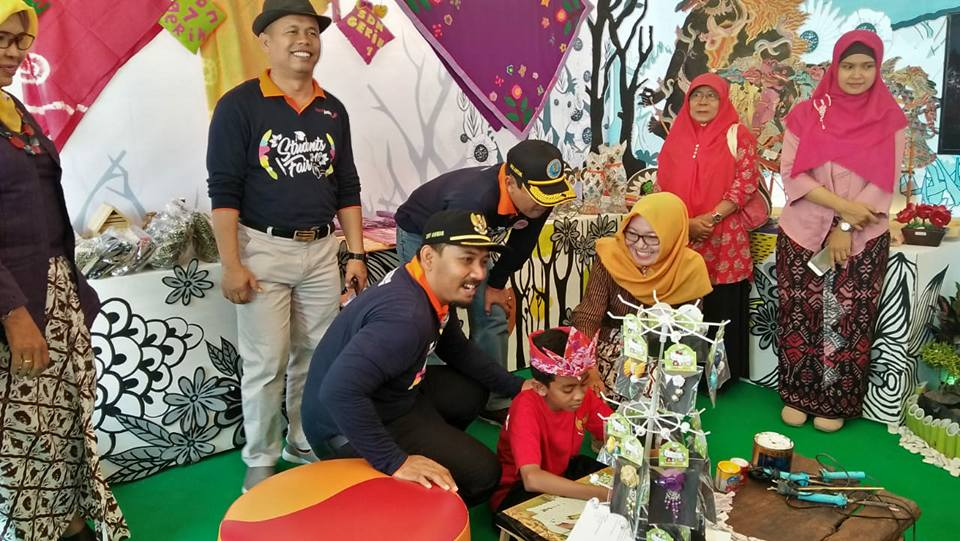 Wakil Bupati Ngawi Ony Anwar saat meninjau salah satu stand Ngawi Student Fair. Foto-Istimewa/Eny Dwi