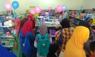 Haru Bahagia Dirasakan Para Pembeli Perdana dan Panitia Grand Opening MI UMI Mart Ngawi