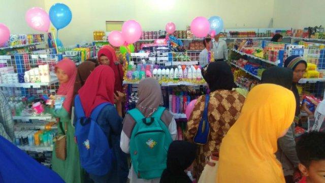 Para Pembeli Perdana MI UMI Mart Ngawi. Foto-Istimewa/Tq