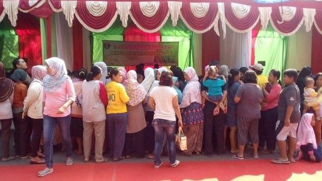 Warga memadati stand beras murah Dinas Pertanian di Pasar Murah Lebaran Ngawi. Foto-Istimewa/Fri