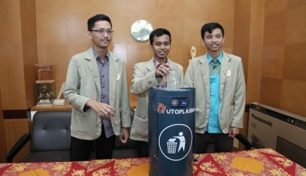 Ardhi Kamal Haq (kiri) Bersama 2 Rekannya dengan Inovasi Tempat Sampah Bakar dan Potong Otomatis. Foto-Dok. UGM