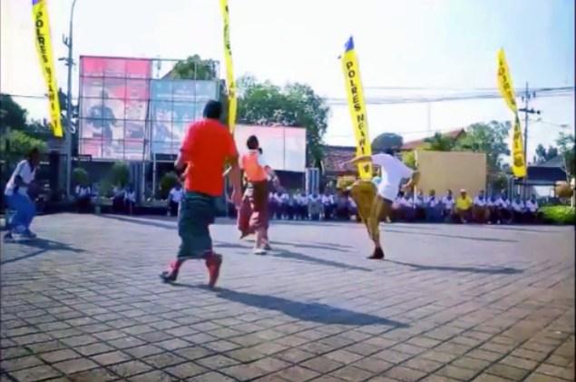 Futsal Bersarung Polres Ngawi dalam rangka HUT Bhayangkara ke -72, Selasa (10/07/2018). Foto- Instagram/KapolresNgawi