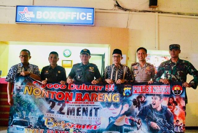 Forpimda Ngawi Nonton Bareng 22 Menit, Kamis (19/07/2018) di New Star Cineplex Sun City Madiun. Foto-IG/KapolresNgawi