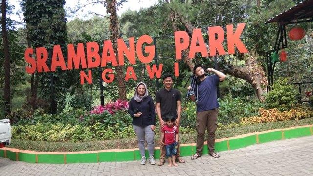 Krisna Berfoto Bersama Kru TV di Srambang Park. Foto-FB/Jack Setyono