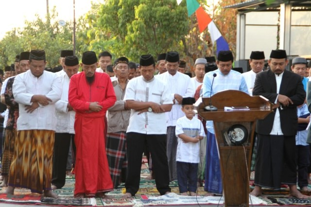 Wakil Bupati Ngawi Ony Anwar saat salat Idul Adha 1439 H di Musala Al Ikhlas, Desa Paron, Rabu (22/08/2018). Foto-Istimewa/Arie Hermawan