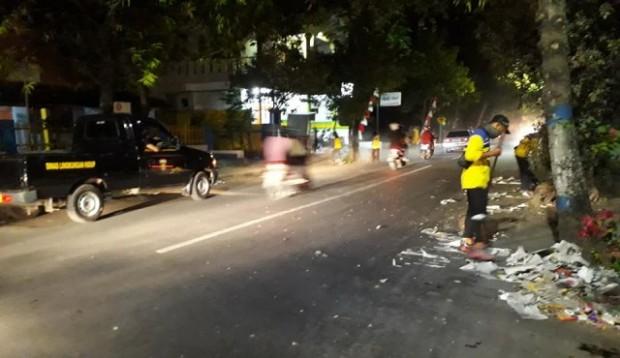 Petugas DLH Ngawi Resik-Resik Sampah Karnaval