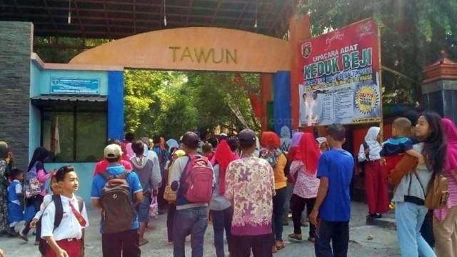 Ratusan Masyarakat Kunjungi Taman Wisata Tawun untuk menyaksikan Wisata Budaya Keduk Beji, Selasa (28/08/2018). Foto-KampoengNgawi.com/Fri