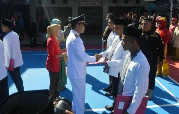 Bupati Ngawi Menyerahkan Remisi Kepada 184 Napi di Hari Kemerdekaan