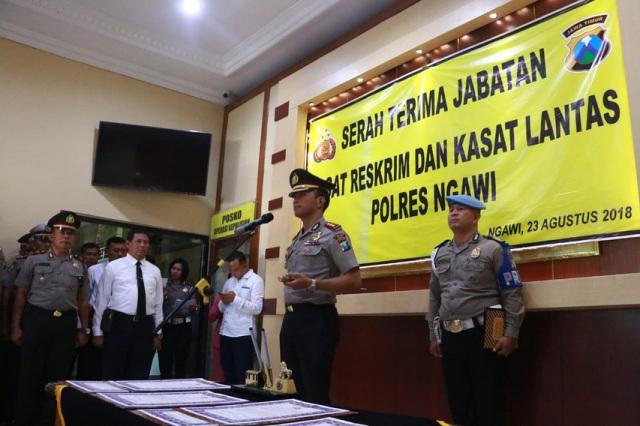 Kapolres Ngawi AKBP Pranatal Hutajulu memimpin prosesi Serah Terima Jabatan Kasat Reskrim dan Kasat Lantas Polres Ngawi, Kamis (23/08/2018). Foto-IG/KapolresNgawi