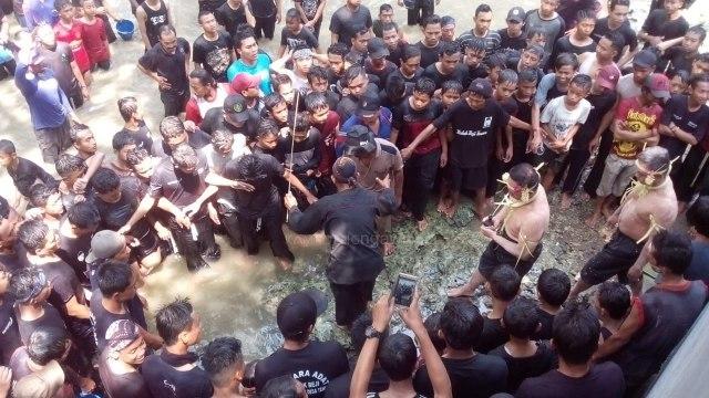 Peletakan Badeg/Air Tape oleh Juru Kunci sebagai Salah Satu Prosesi dalam Upacara Keduk Beji, Selasa (28/08/2018). Foto-KampoengNgawi.com/Fri