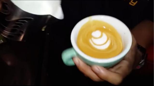 Capture Pembuatan Latte Art oleh Samsul Noer. Foto-IG/samsul_noer