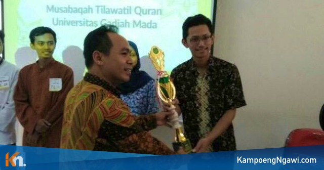 Ardhi Kamal Haq menerima Trofi Juara 1 kategori Karya Tulis Ilmiah Alquran, MTQ UGM 2018. Foto-Istimewa