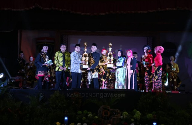Dimas dan Diajeng Ngawi 2018 menerima piala dari Bupati Ngawi. Foto-KampoengNgawi.com/Fri