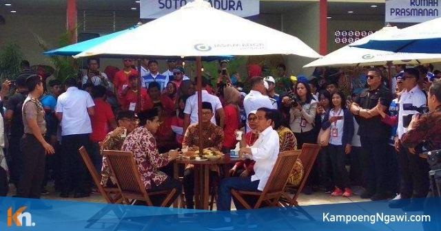 Presiden Jokowi bersama beberapa pejabat mencicipi makanan kuliner lokal di rest area Km 538  usai meresmikan Tol Ngawi-Sragen. Foto-Istimewa