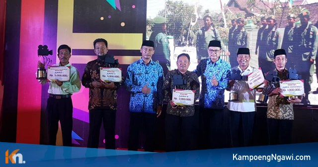 Para Juara Lomba Video Promosi Potensi Desa berfoto bersama Bupati Ngawi. Foto-Istimewa