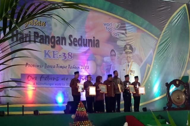 Bupati Ngawi, Ir. Budi Sulistyono (paling kiri) menerima Penghargaan dalam peringatan Hari Pangan Sedunia ke-38. Foto-Istimewa
