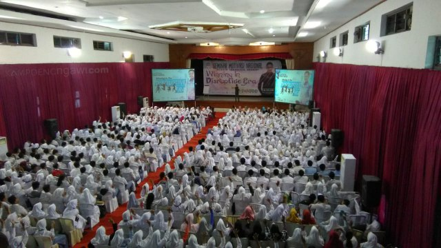 "Ribuan pelajar di Ngawi banjiri Seminar Motivasi Nasional ""Winning Disruptive Era"" di Eka Kapti, Senin (05/11/2018). Foto-KampoengNgawi.com/Fri"