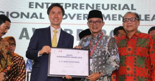 Bupati Ngawi Menerima Innovation Network of Asia (INA) Entrepreneur Award 2018 Kategori Pariwisata