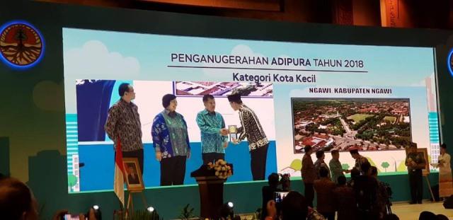 Bupati Ngawi, Ir. Budi Sulistyono menerima piala Adipura, Senin (14/01/2019). Foto-Dok. DLH Ngawi