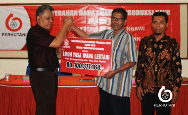Perhutani Menyampaikan Bagi Hasil Produksi Kayu secara Simbolis kepada LMDH Ngawi. Foto-Dok. Perhutani