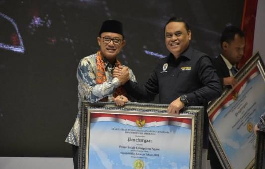 Bupati Ngawi Terima Penghargaan SAKIP dari Menteri Aparatur Negara dan Reformasi Birokrasi