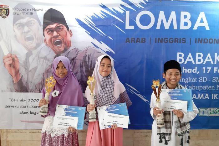 Tiga siswa SMPIT Harum Ngawi peraih juara dalam Lomba Pidato 3 Bahasa IKPM Cabang Ngawi 2019. Foto-Dok. SMPIT Harum Ngawi